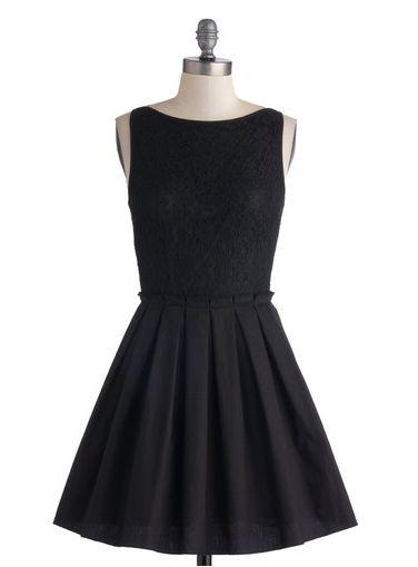 robe noire cintrée et évasée sur un cintre
