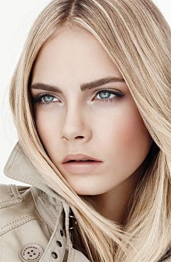visage d'une femme blonde aux yeux bleus