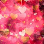 Coeurs dorés et roses sur un fond rose