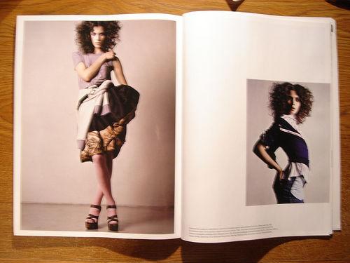 Femme en jupe dans un magazine féminin.